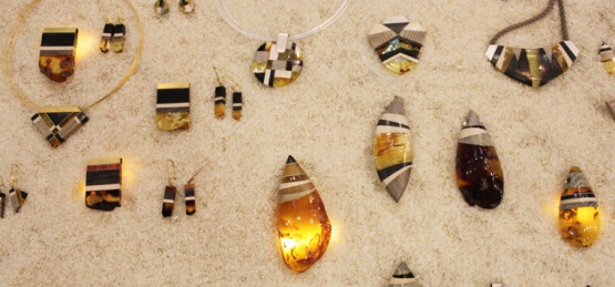 Na zdjęciu biżuteria firmy Amberwood.
