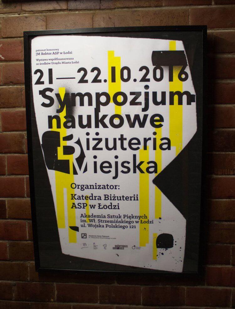 Plakat projektu Mariusza Andryszczyka - Miło mi poinformować, że jewelrydesignpl objęło całe wydarzenie patronatem medialnym.